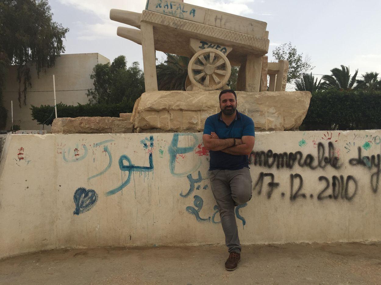 Tunesie-Sidi_Bouzid_met_op_achtergrond_groentekar_van_Bouaziz